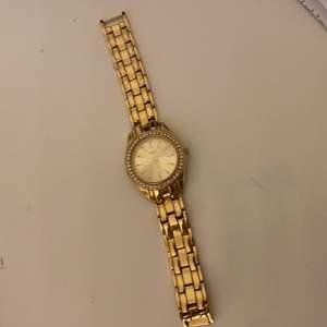 Jättefin klocka som är lite o diskret men ändå sticker ut, använt den några gånger men precis fått en ny klocka (fin box tillkommer)