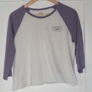 Vans t-shirt. Vit och lavendel-lila. Cropped. Storlek M (men jag skulle säga mer som en S). 100% bomull. Sänkt pris! Först till kvarn! 😊