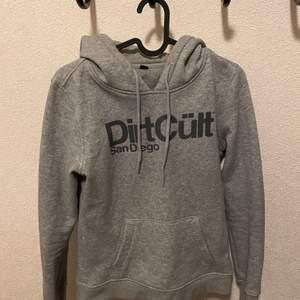 Dirtcült hoodie i storlek xs säljes nytvättad finns i ljungdalen annars står köparen för frakt