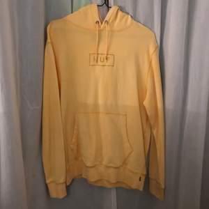 Snygg ljusgul hoodie från Huf (frakt kostar 66kr och är spårbart)