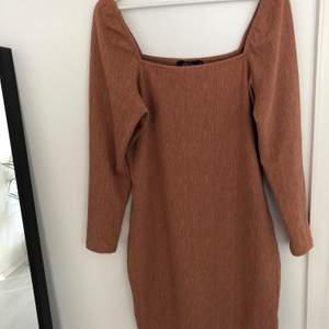 Skön och fin varmt brun långärmad klänning! Använd en gång! Storlek XL men passar mig som skiktar mellan M och L. Jag är 170 och den är absolut inte för kort, hade passat någon som är längre också utan att bli för kort!