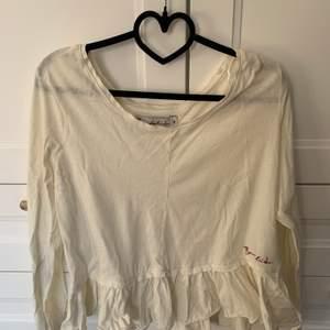 En fin vit Bondelid tröja med volanger nedtill i storlek M. Använd att par gånger men fortfarande i toppskick!! 🤍 Kommer ej till användning längre tyvärr. Säljer för 60 kr + frakt. ✨