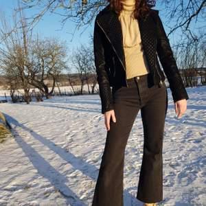 Helt ny och oanvänd jacka i PU-mocka med gulddetaljer. Passar som en XS. Jag på bild har S och är 170 cm lång. Först till kvarn! 💫