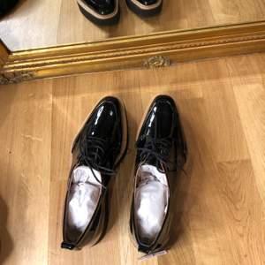 Helt nya skor från Zara. Aldrig använt. Glansiga.