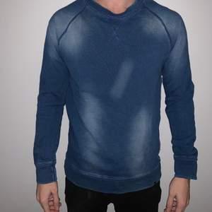 """Blå tröja från wesc, med blekt """"mönster"""". Storlek S"""