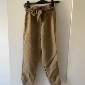 Bruna byxor från H&M. I stl 38 men jag brukar ha 34-36 så passar även andra storlekar. Reså i midjan. Knappt använda så i bra skick, frakt tillkommer.