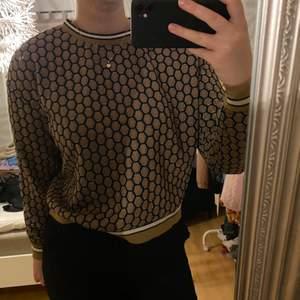 Jättesnygg brun tröja från H&M🤩 Är väldigt luftig i materialet och skulle säga att den är stor för att vara en storlek S. Passar på en som använder M-L!🥰 Älskar verkligen mönstret på denna tröjan!! Köparen står för frakten❤️