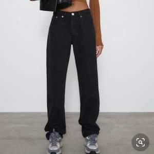 Säljer dessa så snygga full lenght mid waist straight jeans från zara som är helt SLUTSÅLDA. Byter gärna med någon som har de i stl 38. De är oanvända. OBS! De är svarta men la in en bild på mina blåa så ni ska se hur de sitter på bättre! Jag är 166.
