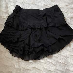 """Superfin svart kjol från Zara i strl xs. Kjolen är en """"shortskjol"""", den sitter ihop som ett par shorts men ser ut som en kjol, praktiskt då kjolen inte flyger upp. Köparen står för fraktkostnaden"""