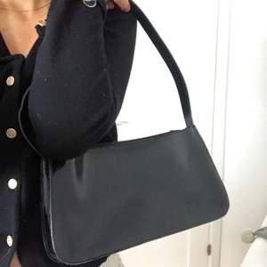 Super fint skick med lite vintage stil. Nypriset på en furla väska kan ligga mellan 2000-3000☺️ kan gå ned i pris vid snabb affär.
