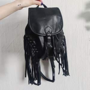 Sötaste mini ryggsäcken med fransar och nitar! 🥰 I nyskick! Från H&M kollektion 2013. Passar perfekt till din alternativa garderob. Vegan friendly 🌿 Stängs med dragsko och har reglerbara band. Frakt tillkommer 💌