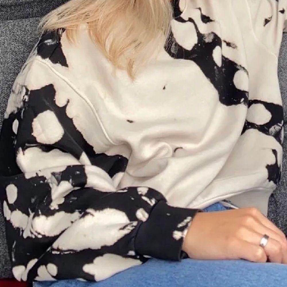 Supersnygg sweatshirt i tie-dye från weekday. Tröjor & Koftor.