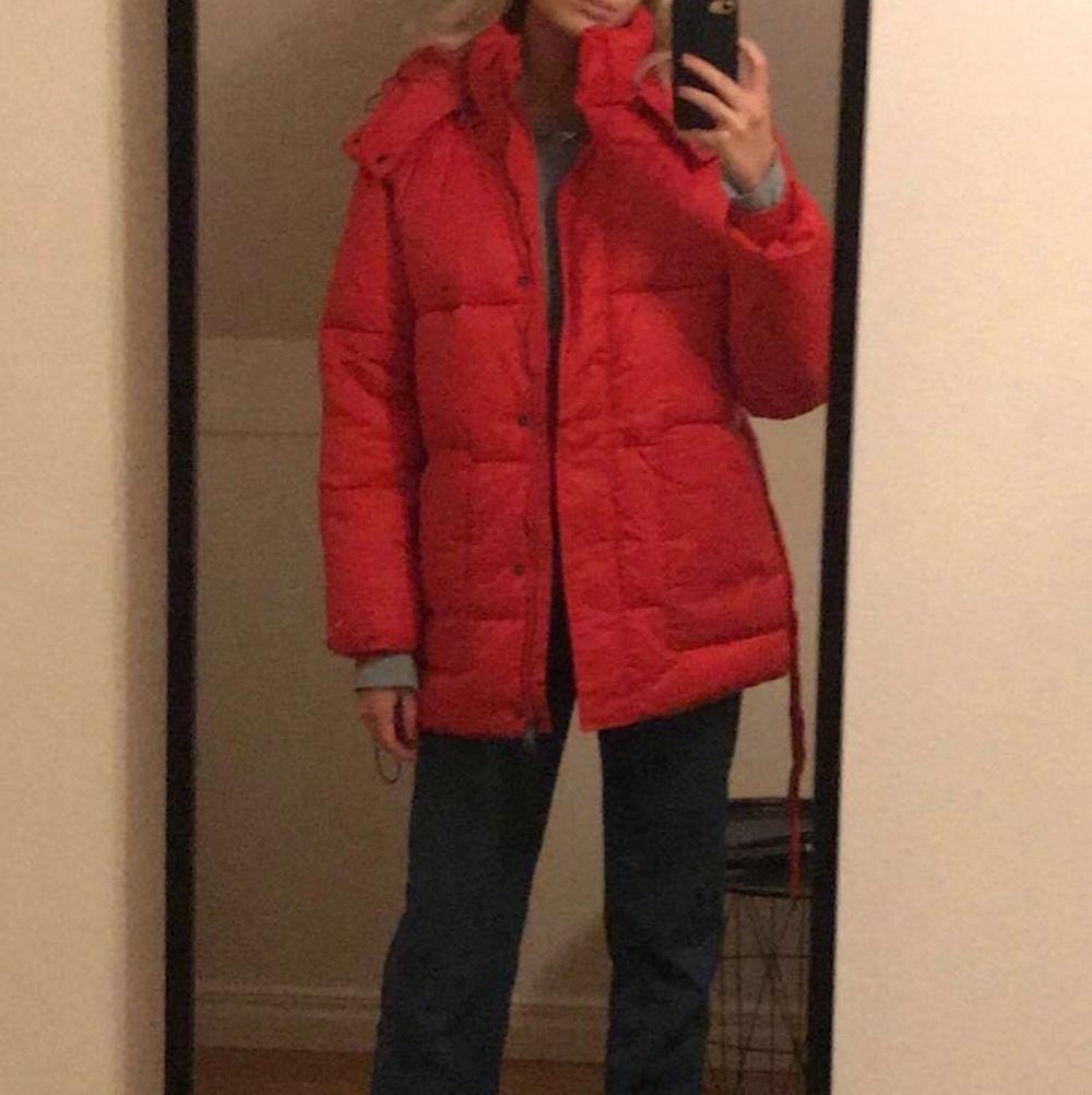 Röd jacka med luva köpt i höstas från Nakd för typ 800kr, använd en gång. Går inte att köpa längre. Jackor.