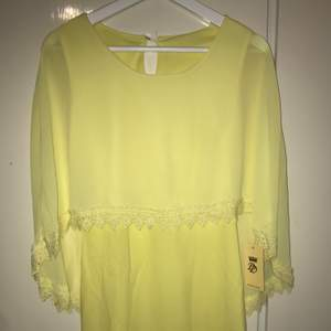 Yellow dress with cape and lace new ( klänning )