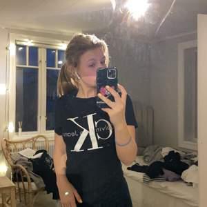 Skit snygg Calvin Klein T-shirt som inte är använd på 2 år!