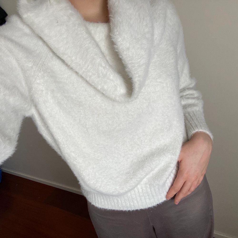 Finstickad tröja i kashmir liknande material. Från hm. . Stickat.