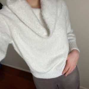 Finstickad tröja i kashmir liknande material. Från hm.