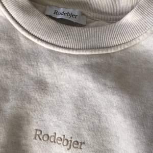 Sweatshirt från Rodebjer. Använd fåtal gånger. Möts upp i Örebro och fraktar, köpare står för frakt💚