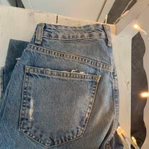 Mom jeans från zara med slitningar i storlek 34