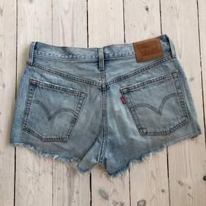 Levis shorts, storlek 27 (passar mig som är S). Väl använda men fortf fint skick 💙 frakt + 66kr