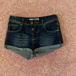 Jeansshorts från Inside Girls Denim (Spanien) storlek 34, dark blue med uppvikt nederkant. Tillverkade i en stretchig och tvättade denim. Stängs med dragkedja och knapp. Använd få gånger.