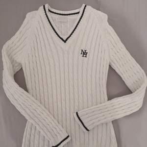 New house vit tröja, storlek M, ny pris 1499kr.
