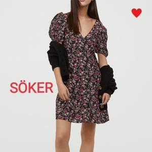 SÖKER denna klänning från hm (sommar 2020) med knappar hela vägen fram och lite puffärm. Gärna i annan färg. I storlek (34) 36 eller 38.