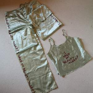 Siden-pyjamas i två delar med texten