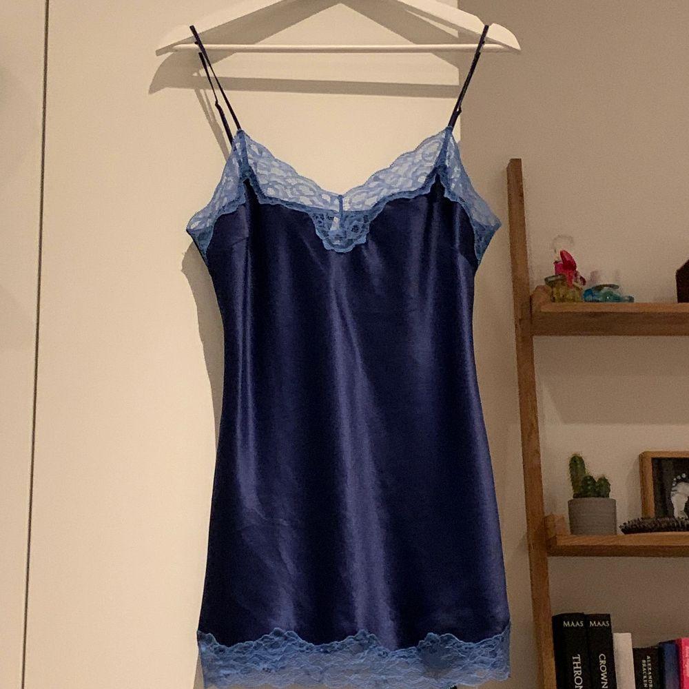 Snyggt blått linne med spetsdetaljer från märket darjeeling i 100% satin.. Toppar.