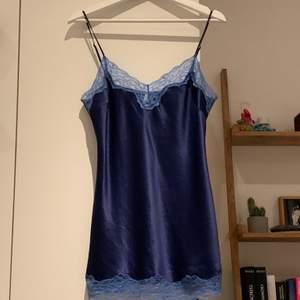 Snyggt blått linne med spetsdetaljer från märket darjeeling i 100% satin.