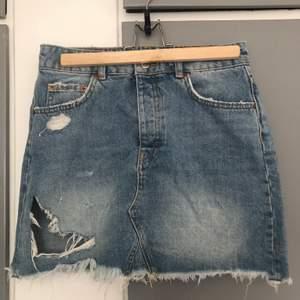 Säljer en sliten ljuslila kjol ifrån Gina, perfekt till sommaren! Kontakta mig vid intresse eller frågor om plagget:)