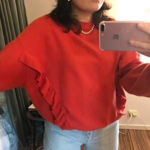VÄRLDEEENS sötaste tröja jag köpte av en tjej på plick , kommer tyvärr inte till användning längre då den inte passar min stil. Som man ser på bilderna går det en volang från ena armen till den andra samt på framsidan av tröjan. jättemysigt material🤍🤍✨
