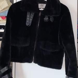 Säljer dessa två jackor. Kan tänka mej gå ner i pris 1000kr nypris på jackan. Den är i fuskpäls med fina läder detaljer. Cropped modell. Båda är i bra skick som nya.  Första strl 32. Andra strl 36. Hör av er för vidare frågor💖
