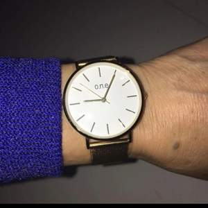 Guldfärgat armbandsur nytt aldrig använt. (Ej guld) 80kr