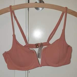 Säljer två super fina bikinis då de är förstora💕😊 Båda är i S. Den rosa är från Shein och aldrig använd, den gula är från Bik bok och använd ett fåtal ggr.🖤 OBS!! ROSA ÄR SÅLD!