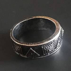 En snygg ring med illuminati på. Säljer då den inte kommer till användo. 19 mm, normal size. Köp nu! 🐲