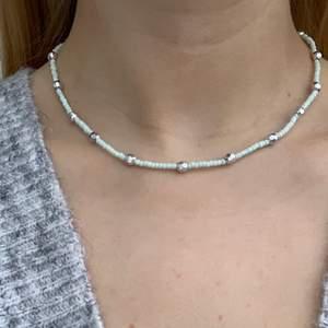 Ljus ljusblått pärlhalsband med små pärlor och mindre discokulor🤍🦋🥺⭐️🥳🤩 halsbandet försluts med lås och tråden är elastisk