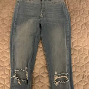 Molly jeans med hål, använd några gånger