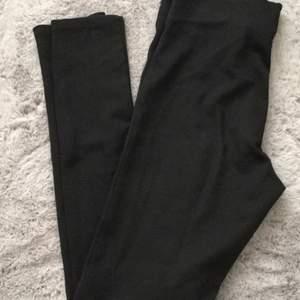 Svarta leggings från Gina strl s. Resåren i midjan något uttöjd.
