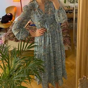 Finaste klänningen till sommaren från nakd, har aldrig använt denna, perfekt skick!