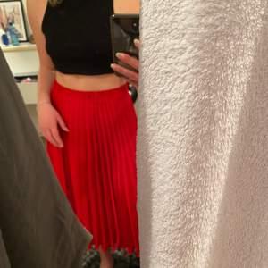 Jättevacker kjol från Gina Tricot i en underbar röd färg. Perfekt på sommaren!!