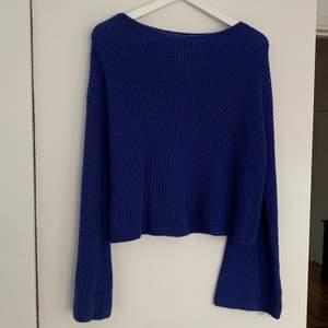 Fin mörkblå stickad tröja från NA-KD, liten busfläck på lappen💕