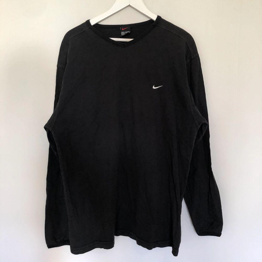 Vintage Nike Longsleeve med en mini swoosh. Den är från 90-talet och är i storlek XL. Har en V formad hals. Den är i bra skick.. Tröjor & Koftor.