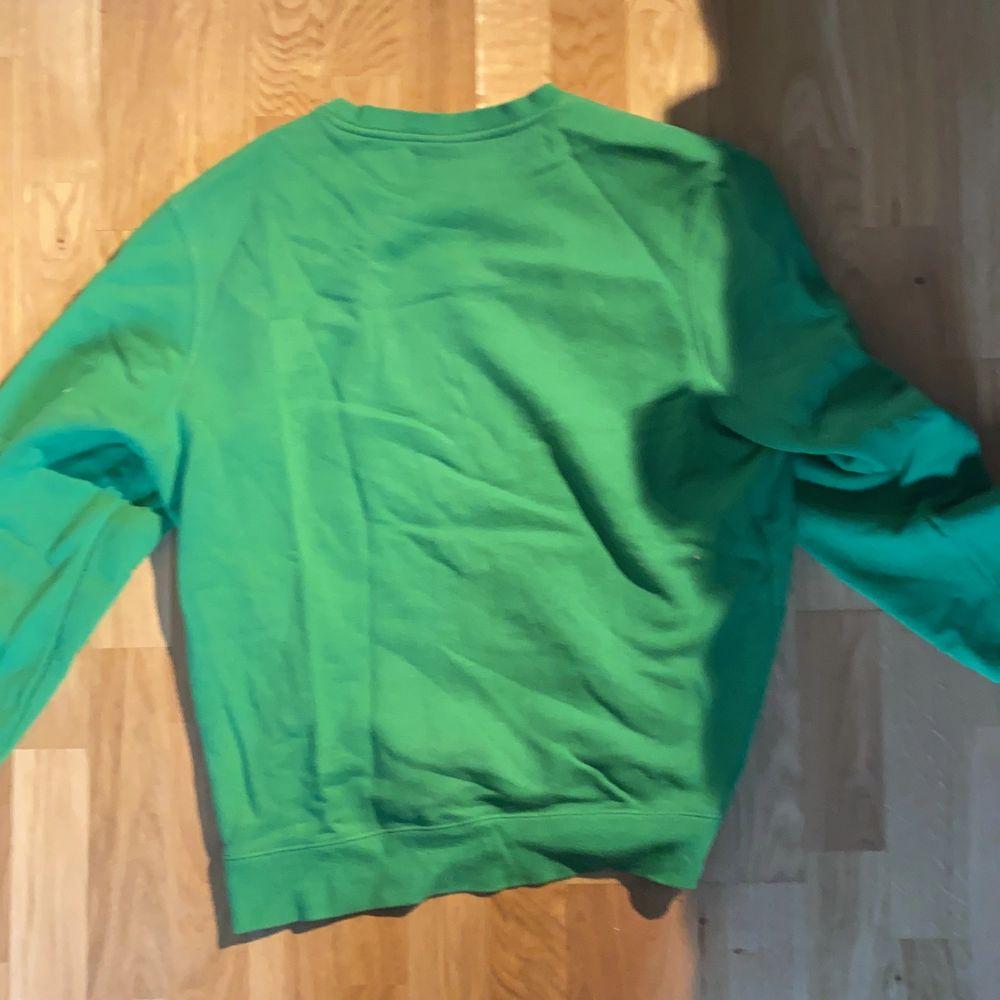 Grön stussy crewneck i 9/10 skick, köpt för runt 1000 kr. Skriv för fler bilder.. Tröjor & Koftor.
