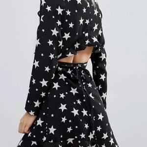 Super fin klänning från ASOS med stjärnor. Storlek 38 petite men sitter som en Small.
