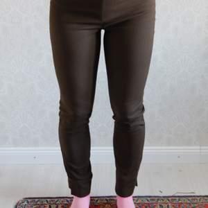 Varmare bruna tights. Super snygga och sköna. För små för mig. Perfekt för lite kallare perioder. Kolla gärna på mina andra annonser! Blir billigare med frakt då 👏🏽