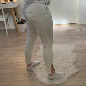 Skitsnygga jeans med gulddragkedjor, finns ett litet hål som man ser på bild 2 men det går nog enkelt att fixa