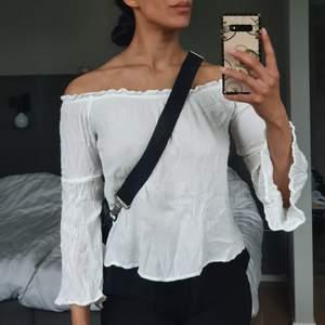 Off shoulder top från Amisu, jätte söt att ha på sommaren. Den har tunt, luftigt, fladrande tyg. Har endast provat den och väljer ändå alltid en annan tröja så de är dags att den byter garderob. 🌬🌬