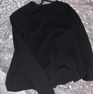 En basic svart sweatshirt från Cubus. Säljer för jag inte använt den 🥰