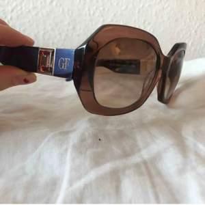 Så fina äkta! Köpte dom på plick förra året och har inte använt dem dem själv pga gillar solglasögon som är lite större!! Förra ägarens bilder puss